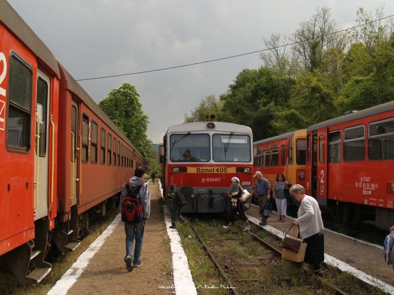 Bzmot 400 putnoki személyvonatként a zsúfolt Szilvásvárad megálló-rakodóhelyen fotó