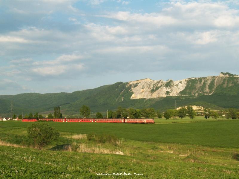 MDmot 3027 Bélapátfalvánál, háttérben a Bél-kõ kõbányája fotó