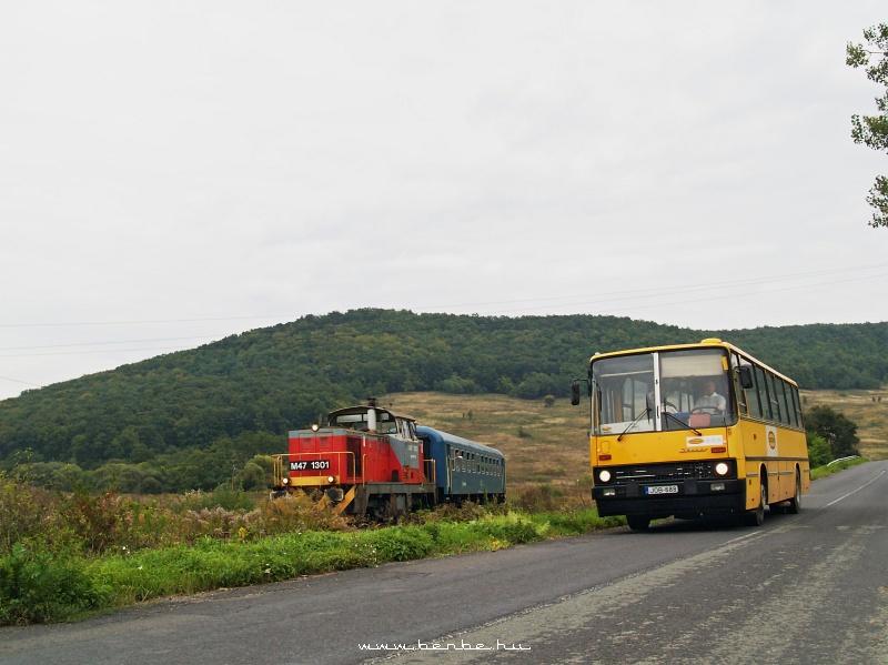 M47 1301 és egy Ik260-as helyközi autóbusz Sajómercse megállóhelyen fotó