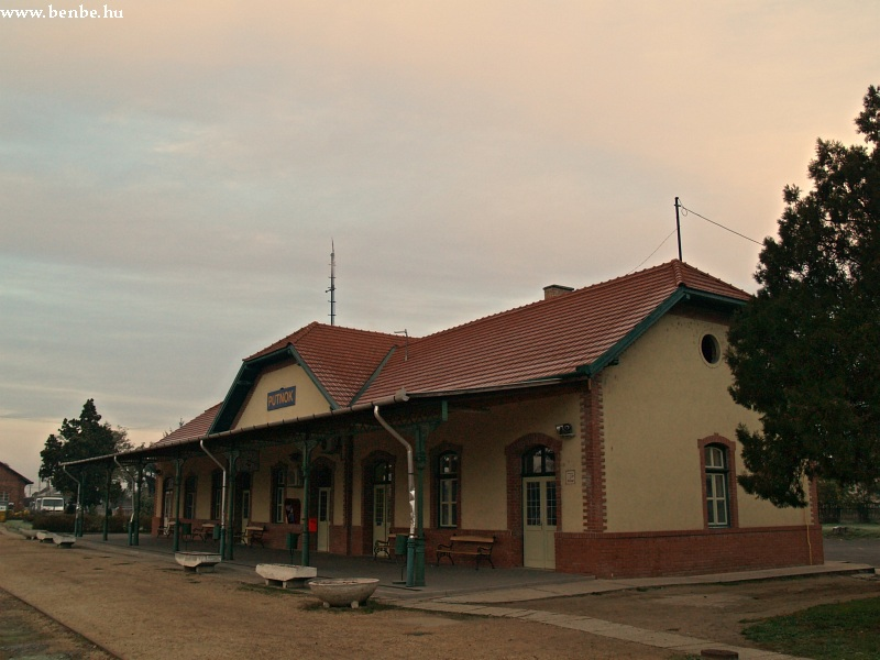 Felvételi épület Putnok állomáson fotó