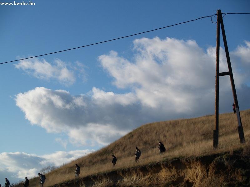 Vasútbarátok másznak le a fotóhelyükrõl fotó