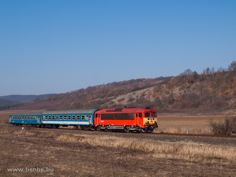 The MÁV-TR 418 163 (ex M41 2163) between Szendrőlád and Edelény photo