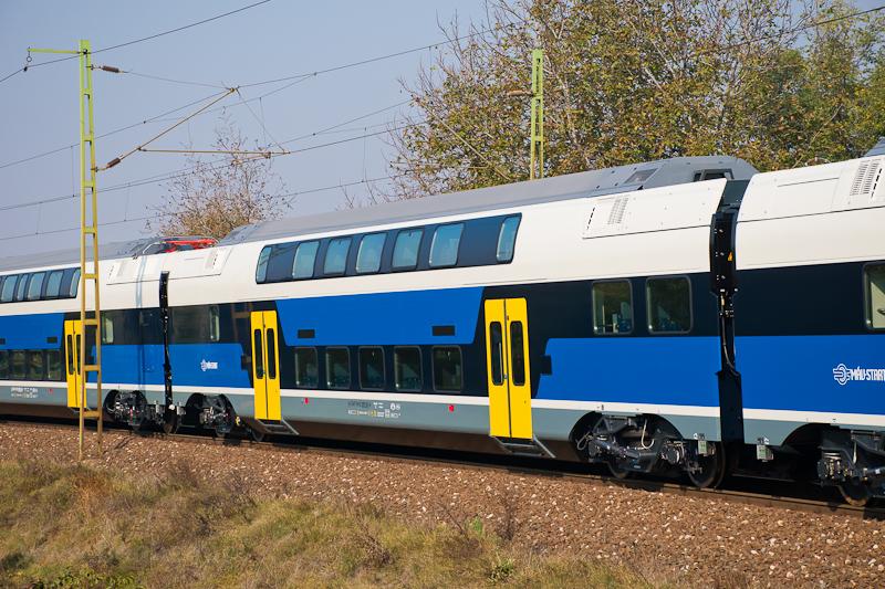 A MÁV-START 815 003 pályaszámú Stadler KISS betétkocsija fotó