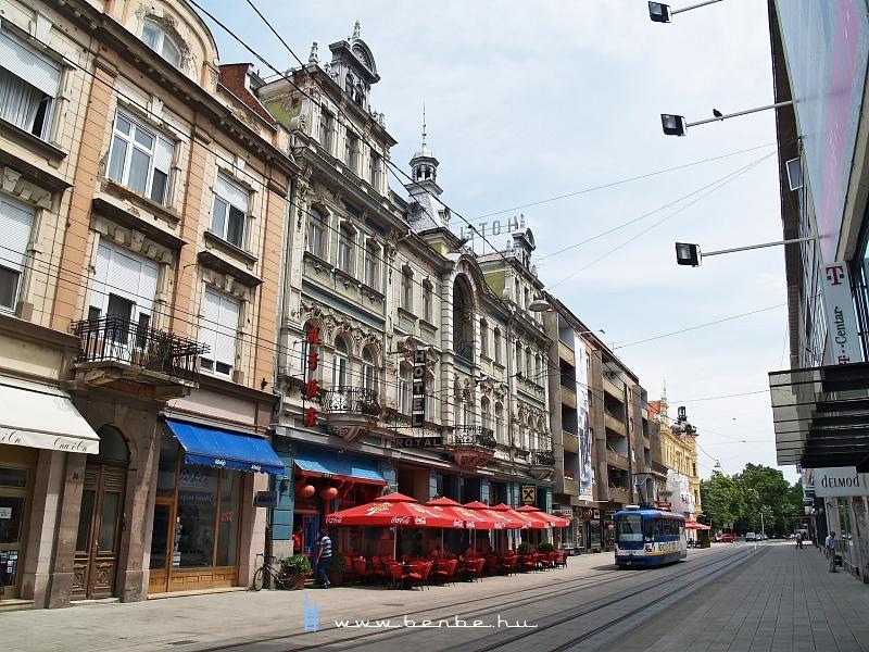 A Hotel Royal és egy Tatra T3YU Eszéken fotó