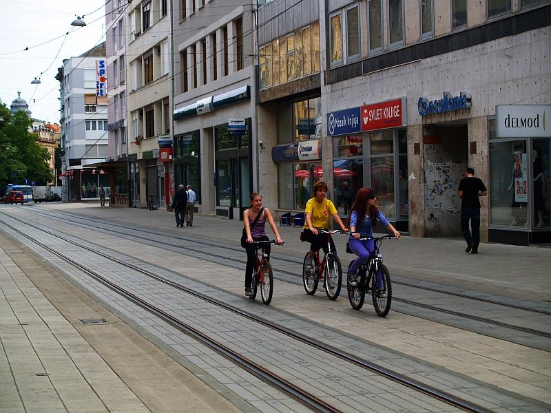 Itt senkit nem zavar a villamossínen kerékpározás és sétálgatás fotó
