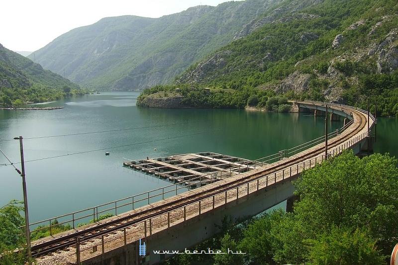 Híd a Neretva egyik mellékfolyójának torkolatánál Jablanica és Mostar között fotó