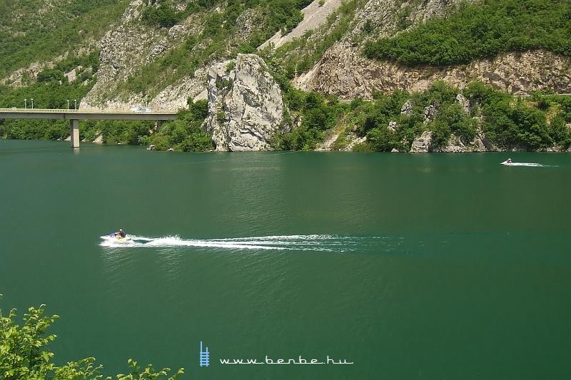 A megdöbbentõ Neretva-kanyon a kirándulók és a vízisportok szerelmeseinek kedvenc helye fotó