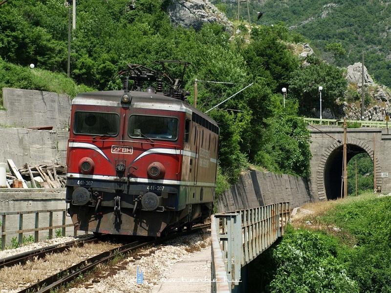 A ŽFBH 441 307 pályaszámú mozdonya a Neretva völgyében  fotó