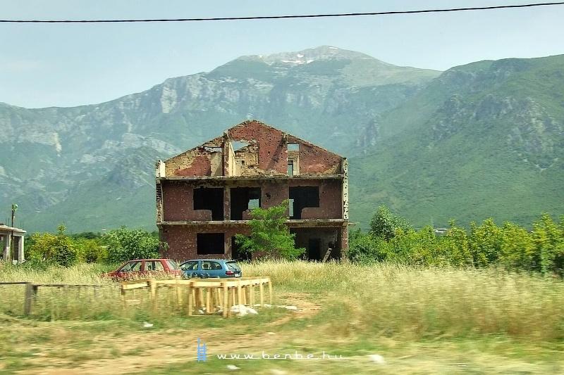 Szétlõtt ház Mostar közelében fotó