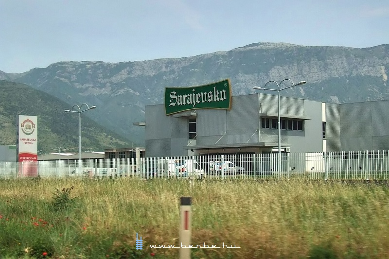 A Sarajevsko sör logisztikai központja Mostarban fotó