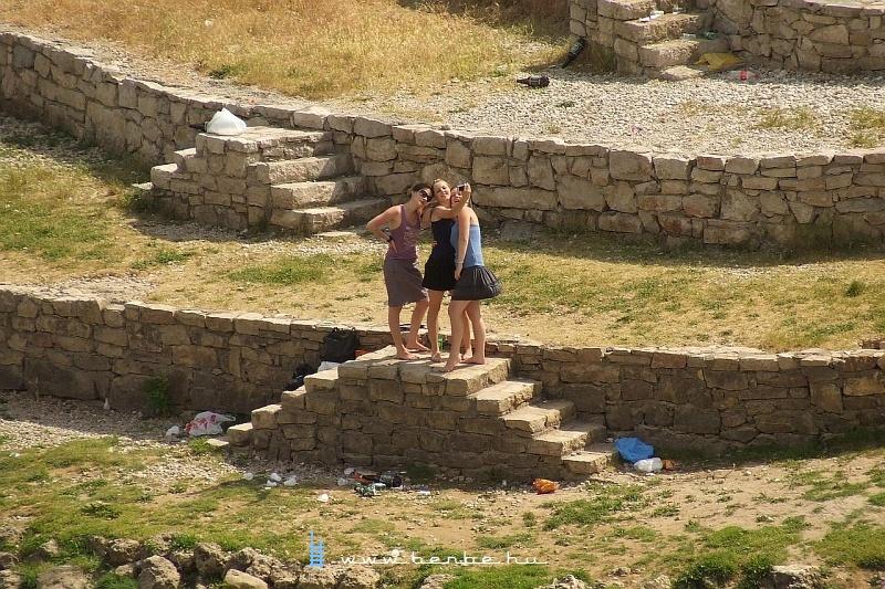 Mostarban turistálkodó lányok fotó