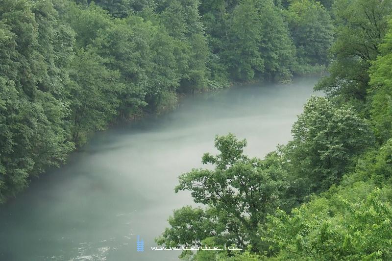Köd gomolyog a Neretva tükre fölött fotó