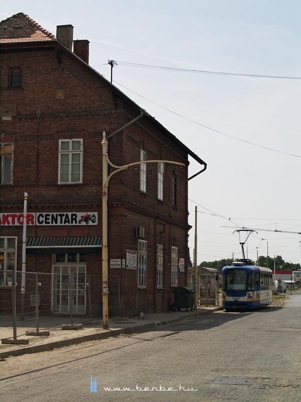 Hangulatos, régi épület öntöttvas felsõvezetéktartóval a vasútállomásnál fotó