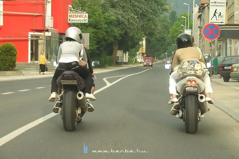 Motorosok jó hátsó lökhárítóval fotó
