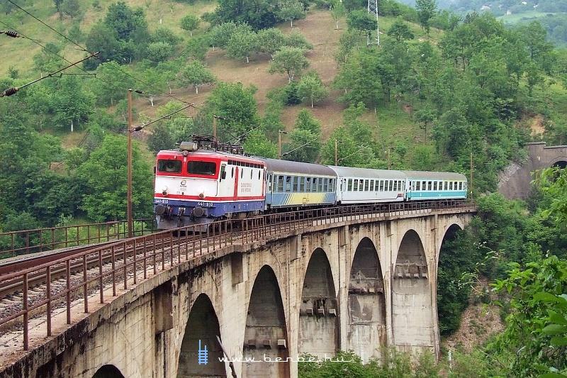 441-910 a Zágráb-Ploče gyorsvonattal a nagy visszafordító viadukton (409 méter a tenger szintje fölött) fotó