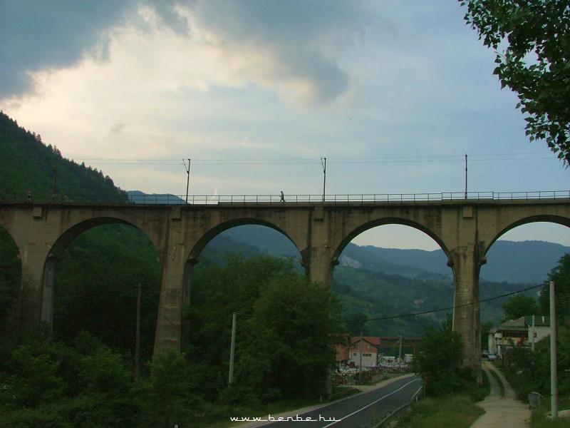 Lentrõl látható, hogy ez a híd azért nem olyan pici fotó