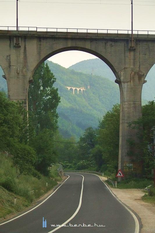 A Nagy Visszafordító-viadukt és az Ovčari állomás váltóit tartó viadukt fotó
