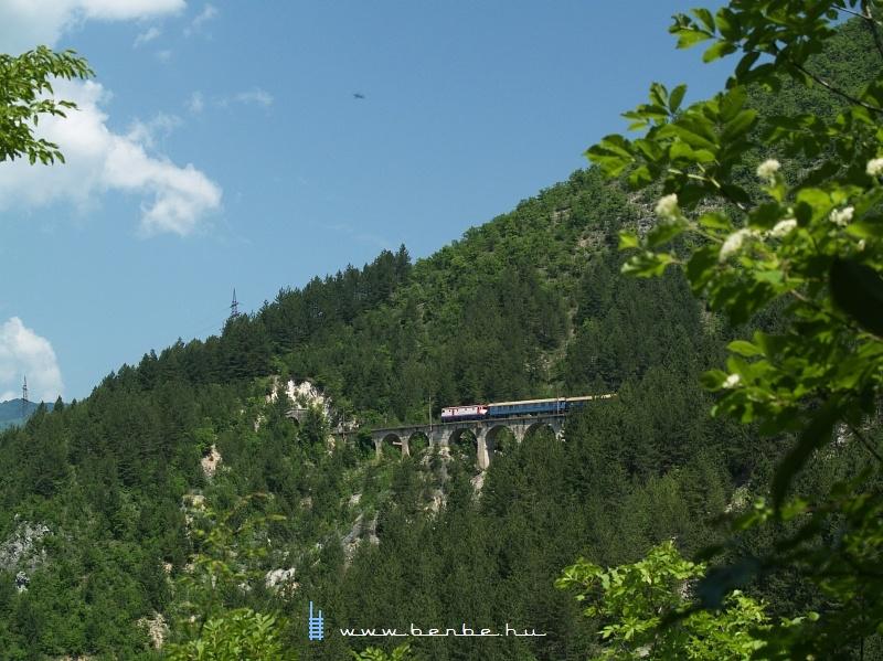 441-908 az Ovcari állomás fölötti kis viadukton fotó