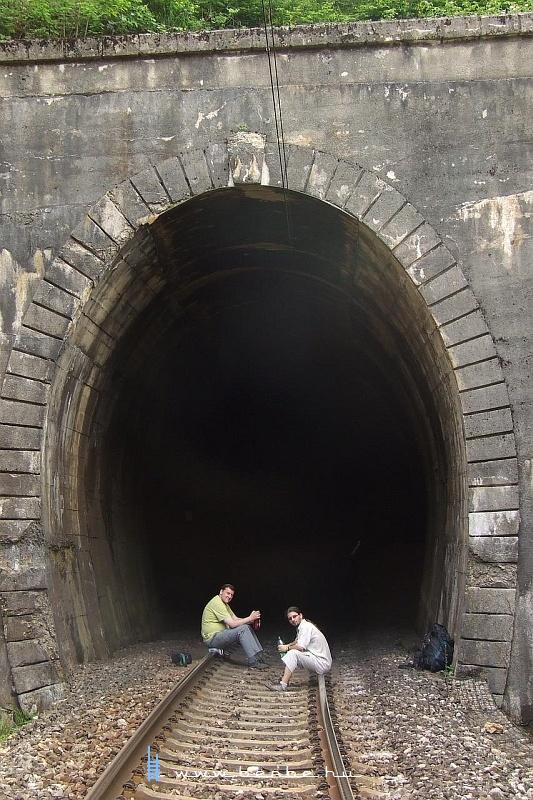 Falatozás Ovcaritól délre az elsõ alagútban fotó