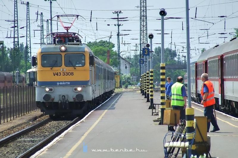 V43 3308 Pécsre érkezik fotó