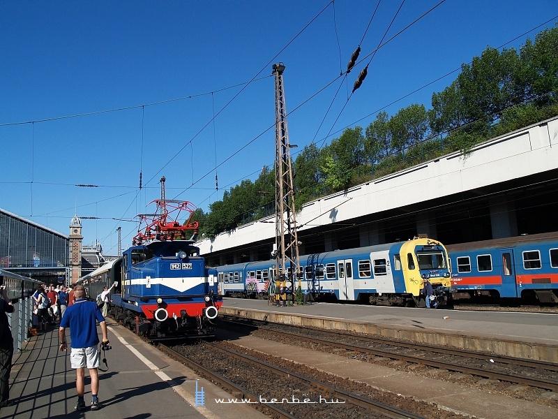V42 527 és Bmxt 006 a Nyugati pályaudvaron fotó