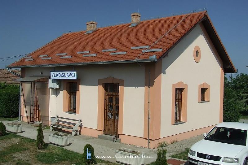 Vladislavci állomás kicsiny MÁV-szabvány felvételi épülete fotó