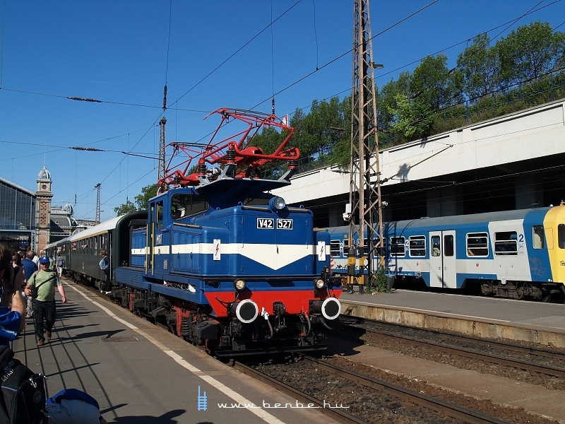 V42 527 a Nyugati pályaudvaron fotó