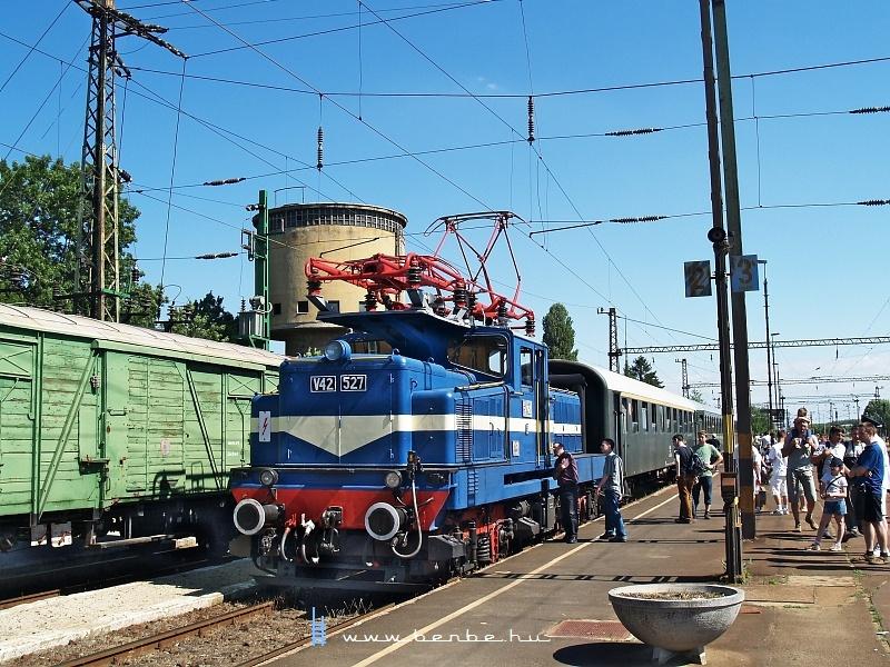 V42 527 Jászberényben fotó