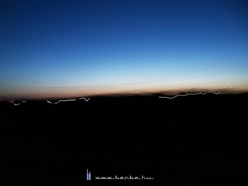 Fények az éjszakában, valahol Pincehely környékén fotó