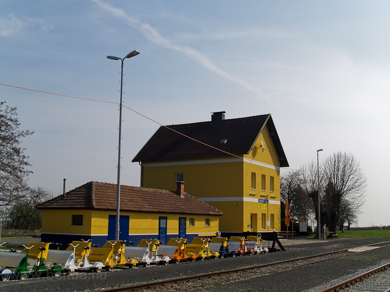 The station building of Sopronnyék-Haracsony (Neckenmarkt-Horitschon, Austria) photo