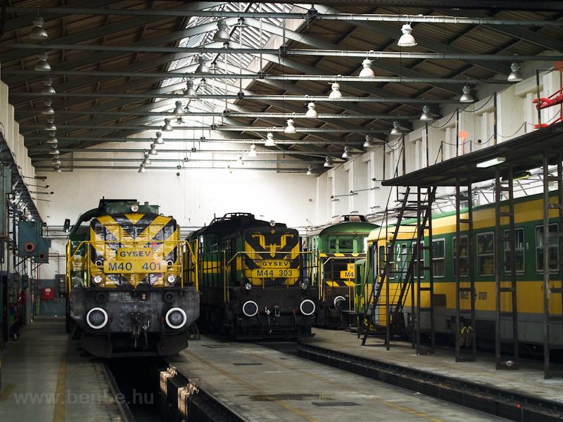 A GYSEV M40 401 és M44 303 Sopron fűtőházában fotó