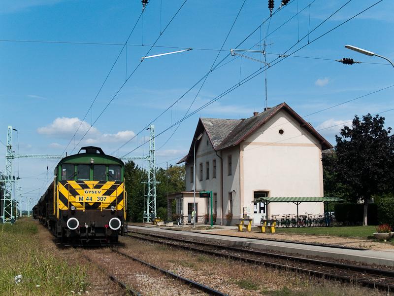 A GYSEV M44 307 Boldogasszony állomáson (Frauenkirchen, Ausztria) - a HÉV I. osztályú épület elé épített forgalmi körbenézőt azóta egy új vágány építése miatt elbontották fotó