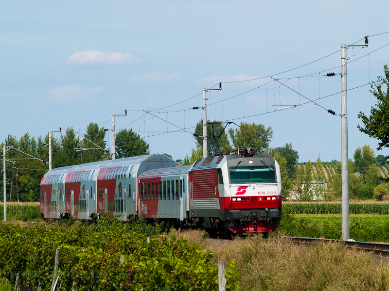 The ÖBB 1014 013-5 is hauling a CityShuttle push-pull set between Barátudvar-Féltorony (Mönchhof-Halbturm, Austria) and Boldogasszony (Frauenkirchen, Austria) photo