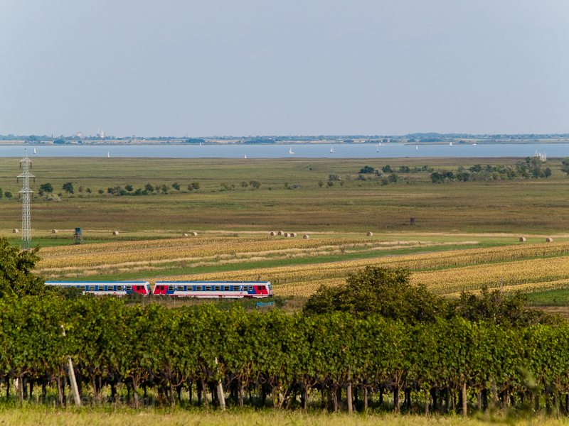 ÖBB class 5047 diesel railcars by the Fertő-tó (Neusiedlersee) on the since electrified Vulkapordány-Pozsony local railway (Wulkaprodersdorf-Bratislava) between Fertőszéleskút (Breitenbrunn) and Feketeváros (Purbach) photo