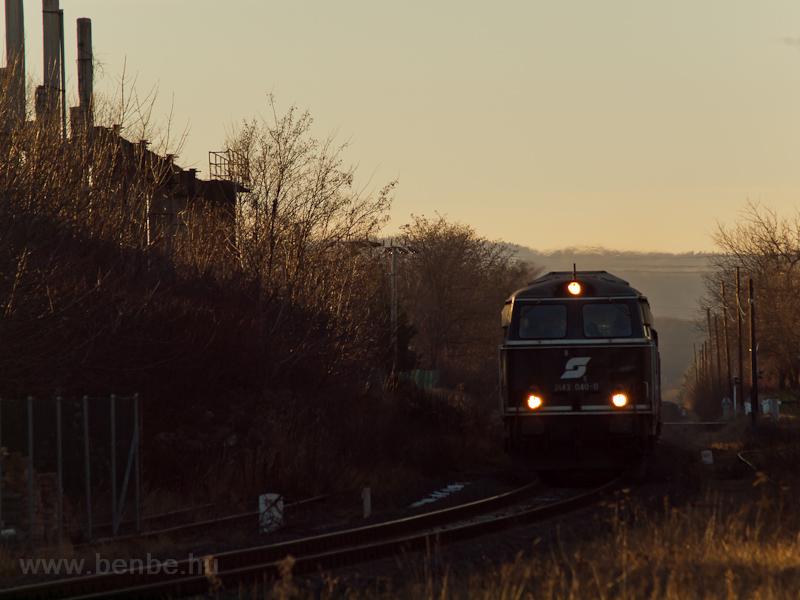 Szilveszteri különvonat érkezik Sopronba a zöld 2143 040-0 pályaszámú dízelmozdonnyal fotó