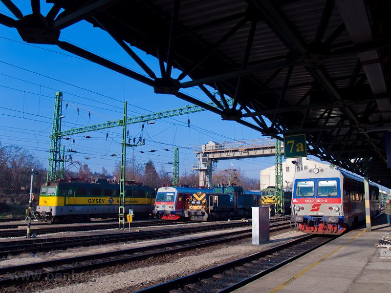 Ismét Sopron: a GYSEV 430 330-as Szili, a 2446 517-es csuklós Jenbacher és a 448 305-ös Bobó, a MÁV-TR 460 052-es Szöcske és az ÖBB 5047 069-0 pályaszámú szóló Jenbacher pózoltak a kamerának fotó