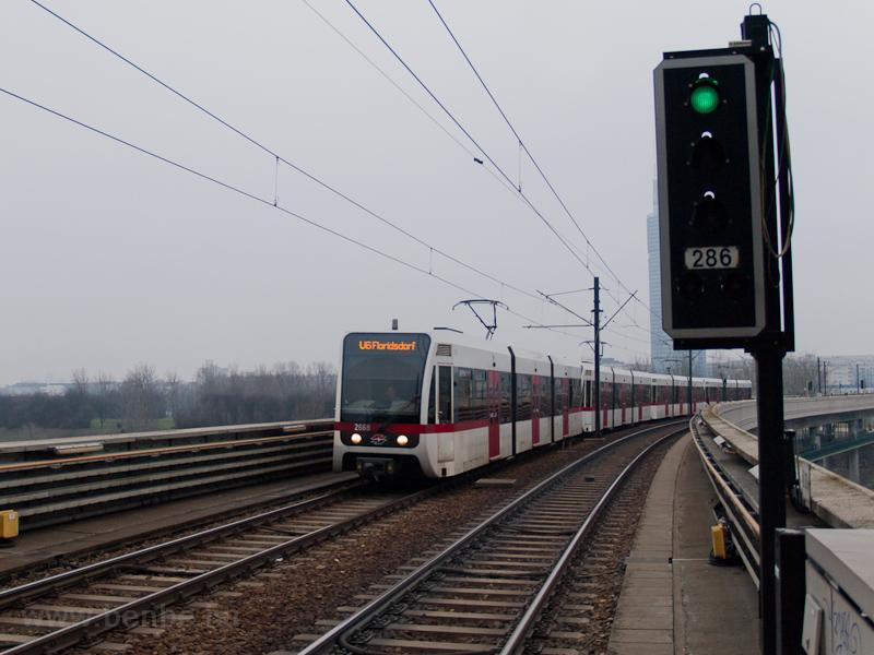 A Wiener Linien 2668 pályaszámú, T sorozatú metrókocsija az U6-os vonalon Neue Donaunál fotó