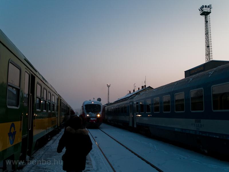 Csúcsforgalom a felújítás és villamosítás előtti, havas Szentgotthárdon fotó