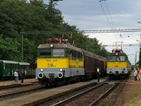 A GYSEV V43 325 tehervonattal és a V43 334 egy személyvonat végén hazatérőben Fertőboz állomáson