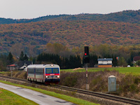 The GYSEV 2446 516 is seen between Lépesfalva-Somfalva and Márczfalva-Fraknónádasd (Marz-Rohrbach)