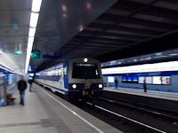 Az ÖBB 6020 212-4 vezérlőkocsi száguld be a bécsi S-Bahn alagút új Hauptbahnhof állomására
