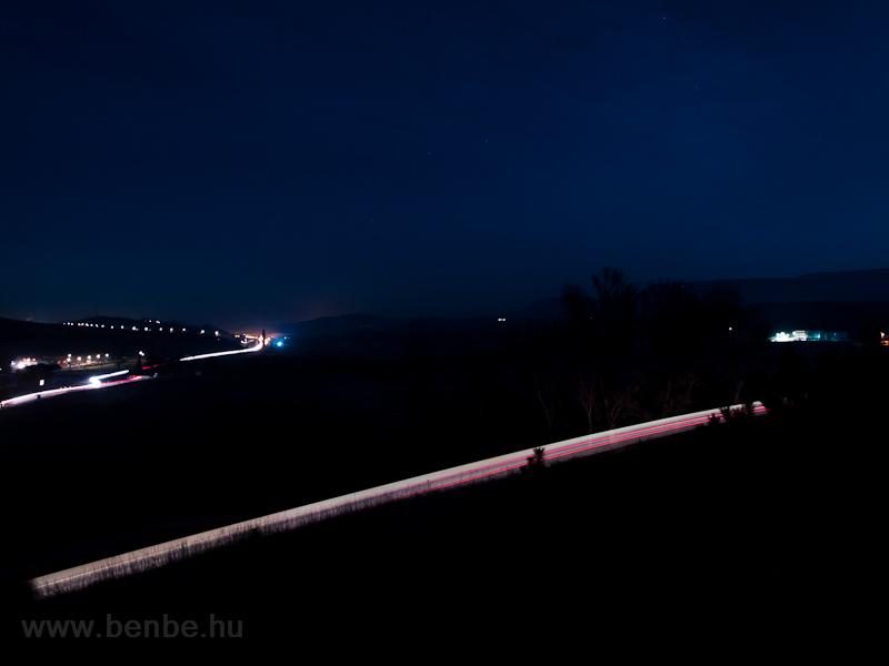Egy vonat és egy csomó autó fotó