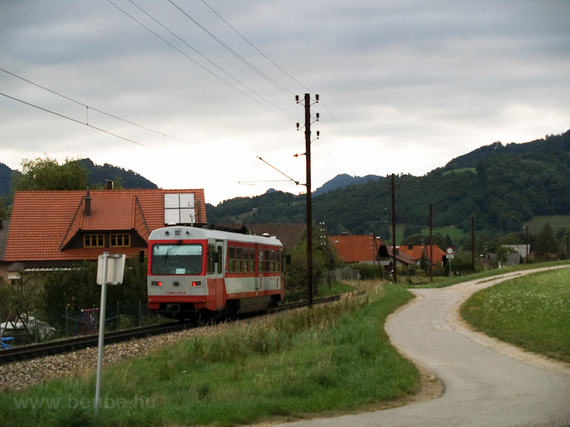 Az ÖBB 5090 015-8 Schwerbach és Kirchberg an der Pielach között - Kirchberg hátsó házai mellett három percig haladunk, érdemes lenne ide egy megállót tenni fotó