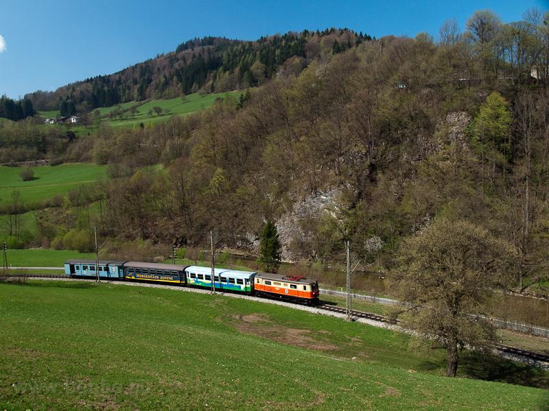 A NÖVOG 1099 011 Schwarzenbach an der Pielach és Loich között a Dirndltaler szokásos szerelvényével fotó