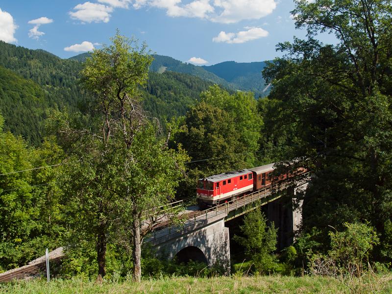 A NÖVOG 2095.09 küzdi föl magát a Mariazellerbahn-Bergstrecke északi rámpájára Laubenbachmühle és Winterbach között, a Weißwasserviadukton fotó