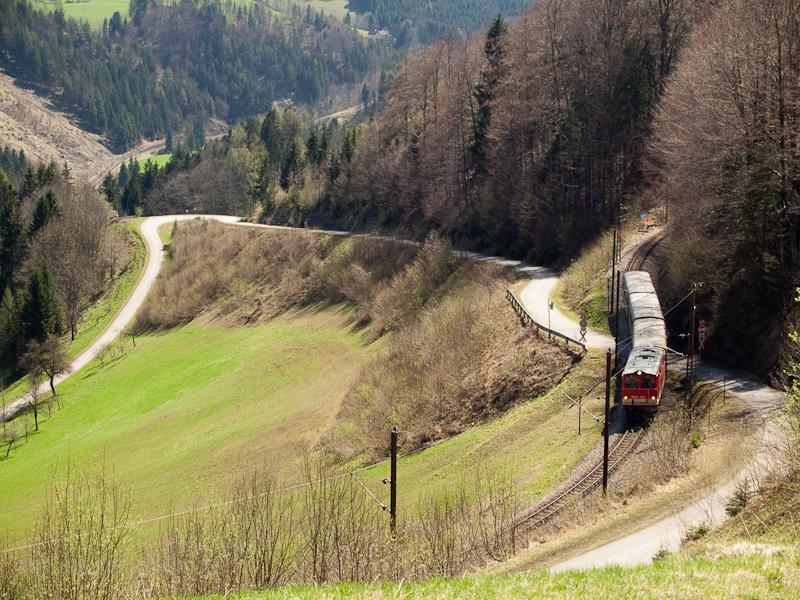 A NÖVOG 2095.009 küzdi föl magát a Mariazellerbahn-Bergstrecke északi rámpájára Laubenbachmühle és Winterbach között fotó