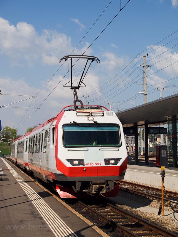 A NÖVOG 4090 003 lefestett ÖBB Pflatsch-csal St. Pölten Hauptbahnhofra érkezik fotó