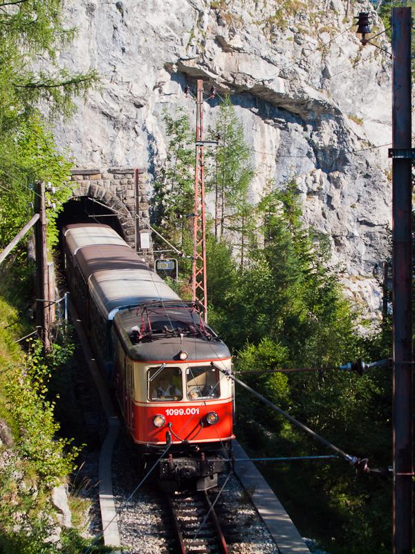 A 1099.001 a Reithmauertunnelből jár ki St. Pölten felé tartó vonatával fotó