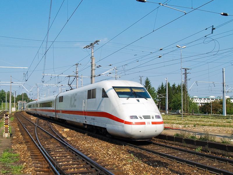 A DB 401 065-8 pályaszámú   ICE1   motorkocsija St. Pölten Hauptbahnhofon fotó