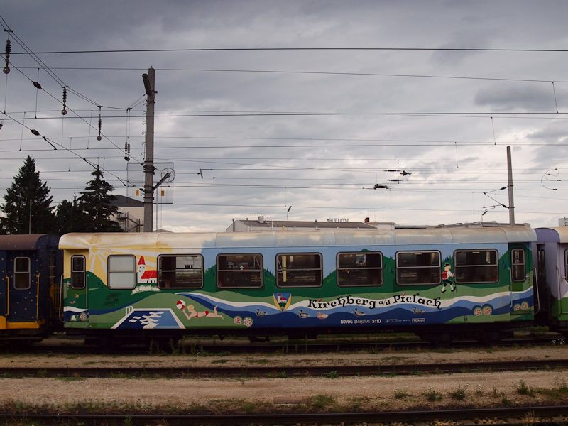 A Mariazellerbahn reklámkocsijai egy színes, hangulatos szerelvényt alkottak, többnyire a reggel St. Pöltenbe közlekedő Dirndltaler gyorsvonatként lehetett fotózni őket - a képen a Kirchberg an der Pielach-kocsi fotó